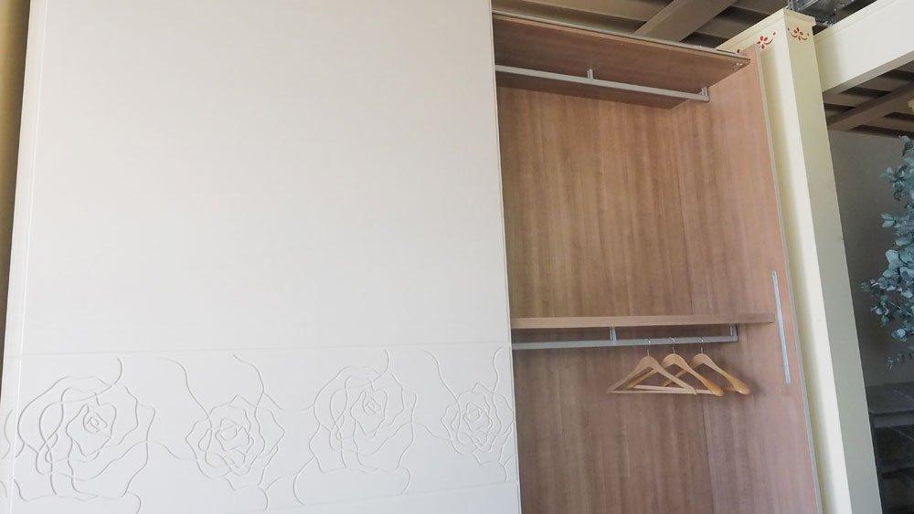 Armadio tutto legno frassino poro aperto arredamento casa e cucina a firenze for Arredo casa firenze